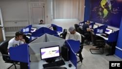 Varias personas se conectan a internet desde una sala de navegación en La Habana (Cuba).