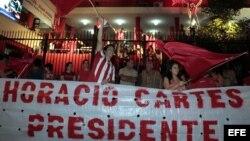 Un grupo de colorados (seguidores del Partido Colorado) celebra frente a la sede del local partidario de la Asociación Nacional Republicana de Asunción (Paraguay).