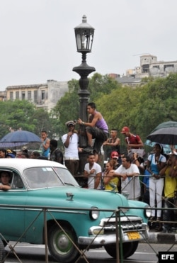 Cientos de seguidores de la cantante estadounidense Beyoncé y de su esposo, el rapero Jay-Z (i), esperan para verles a las afueras del Hotel Saratoga de La Habana (Cuba).