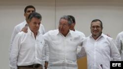"""El presidente de Colombia, Juan Manuel Santos; el máximo líder de las FARC; Rodrigo Londoño alias """"Timochenko""""; y el gobernante de Cuba, Raúl Castro, participan en el acto para presentar un acuerdo en los diálogos de paz en La Habana."""