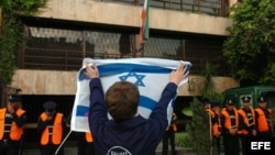 Fotografía de archivo. Un joven de la comunidad judía muestra la bandera de Israel, frente a la embajada de Irán en Buenos Aires.
