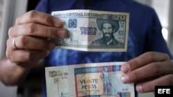 """Los cubanos llevan dos monedas en el bolsillo: el peso y un """"peso convertible"""" o CUC."""
