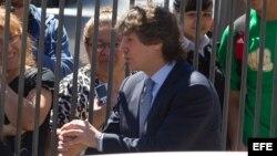 El vicepresidente argentino, Amado Boudou (c), saluda a simpatizantes durante su primer acto de gobierno en la Casa Rosada de Buenos Aires (Argentina).