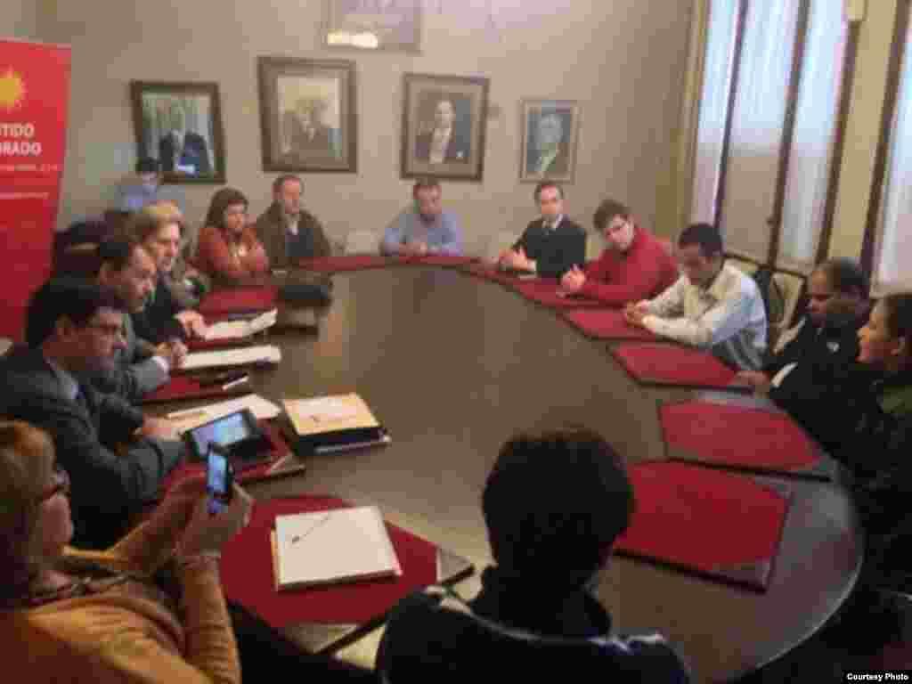 Jóvenes cubanos opositores en Uruguay