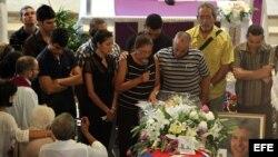 La viuda del opositor cubano Oswaldo Payá, Ofelia Acevedo (c), habla durante la ceremonia fúnebre de su esposo el, martes 24 de julio de 2012, en La Habana, Cuba.