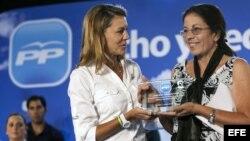 La secretaria general del PP, María Dolores de Cospedal (i), entrega el primer premio Oswaldo Payá a Ofelia Acevedo (d), viuda del disidente cubano.