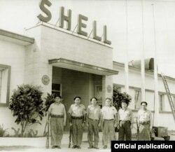Milicianos custodian la refinería Shell.