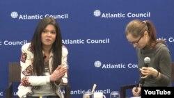 Ruslana Lyzhychko (i) y una traductora (d)