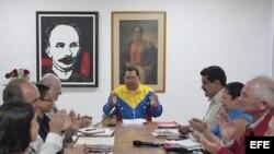 Hugo Chávez no confía en delegar el poder y tras ser operado celebra un consejo de ministros en La Habana.
