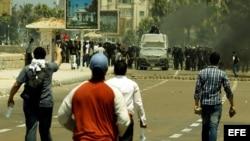 Egipcios partidarios del depuesto presidente egipcio Mohamed Mursi, se enfrentan ante fuerzas de seguridad. Foto de archivo