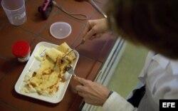 Inspector de alimentos en Alemania inspecciona los alimentos.
