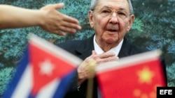 ARCHIVO. Raúl Castro se dispone a asistir a la firma de unos acuerdos tras una ceremonia de bienvenida presidida por su homólogo chino, Hu Jintao en el Gran Palacio del Pueblo en Pekín, China.