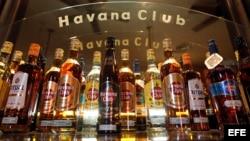 Vista de botellas del ron Havana Club en un establecimiento de La Habana.