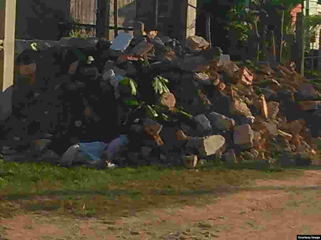 Escombros a los que quedaron reducidos el techo y parales del lugar de culto de la Iglesia en Versailles, Camagüey.