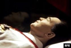El cuerpo embalsamado del depuesto dictador Ferdinand Marcos permanece en una urna de cristal, en el mausoleo de Batac, en Ilocos del Norte, Filipinas.