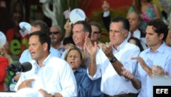 El senador republicano, Marco Rubio (i), presenta el lunes 13 de agosto de 2012, al virtual candidato republicano a la Casa Blanca, Mitt Romney (2d).