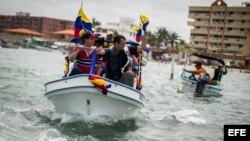 El candidato presidencial de la oposición venezolana, Henrique Capriles, saluda a los bañistas viernes 29 de marzo del 2013, en el Parque Nacional Morrocoy (Venezuela).