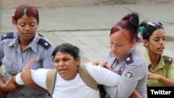 Opositoras cubanas a las puertas de la cárcel