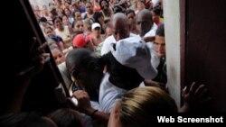 Damas de Blanco al intentar salir de la sede del Movimientoen Calle Neptuno Centro Habana