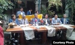 Valladares (segundo a la izq.) presenta en conferencia de prensa el informe del IID sobre Galo Lara.