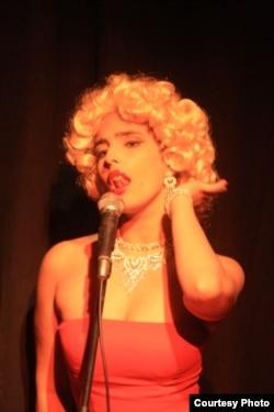 El bolero y otras canciones dentro de la pieza son interpretados por una joven cantante, Dallaytti Martin