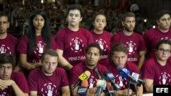Un grupo de líderes estudiantiles, del Movimiento Estudiantil Venezolano, participa hoy, martes 22 de abril de 2014, en una rueda de prensa en el Aula Magna de la Universidad Católica Andrés Bello en Caracas (Venezuela).