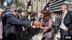 José Mujica, durante su toma de posesión, es saludado por la Primera Familia de Argentina.