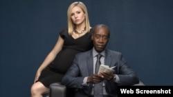 "Los protagonistas de ""House of Lies"" Don Cheadle y Kristen Bel. (Showtime)"