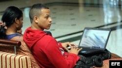 Dos jóvenes conectados a internet en un hotel de La Habana (enero de 2015).