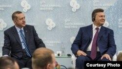 El presidente de Ucrania Victor Yanukovich y el premier turco Recep Erdogan
