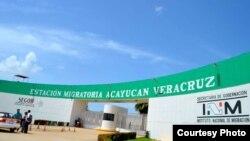 Funcionarios de la estación migratoria de Acayucan en Veracruz fueron denunciados por extorsionar a cubanos.
