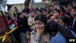 Una mujer llora por su hermano, una de las personas tiroteadas por un grupo de pistoleros en una comunidad indígena ubicada en la aldea San José Nacahuil, en el municipio de San Pedro Ayampuc.