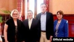 Los senadores McCaskill (i) Klobuchar (d) y Warner (2-d) posan con el canciller cubano Bruno Rodríguez.