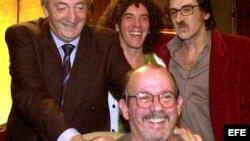 Néstor Kirchner (i) recibe al músico argentino Charly García (d), a Silvio Rodríguez (abajo) y al bailarín argentino Maximiliano Guerra (c)en la Casa de Gobierno