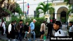 Cubanos hacen fila en el Consulado de Colombia en La Habana para tramitar sus visas a ese país