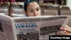 Leyendo Juventud Rebelde en Cuba.