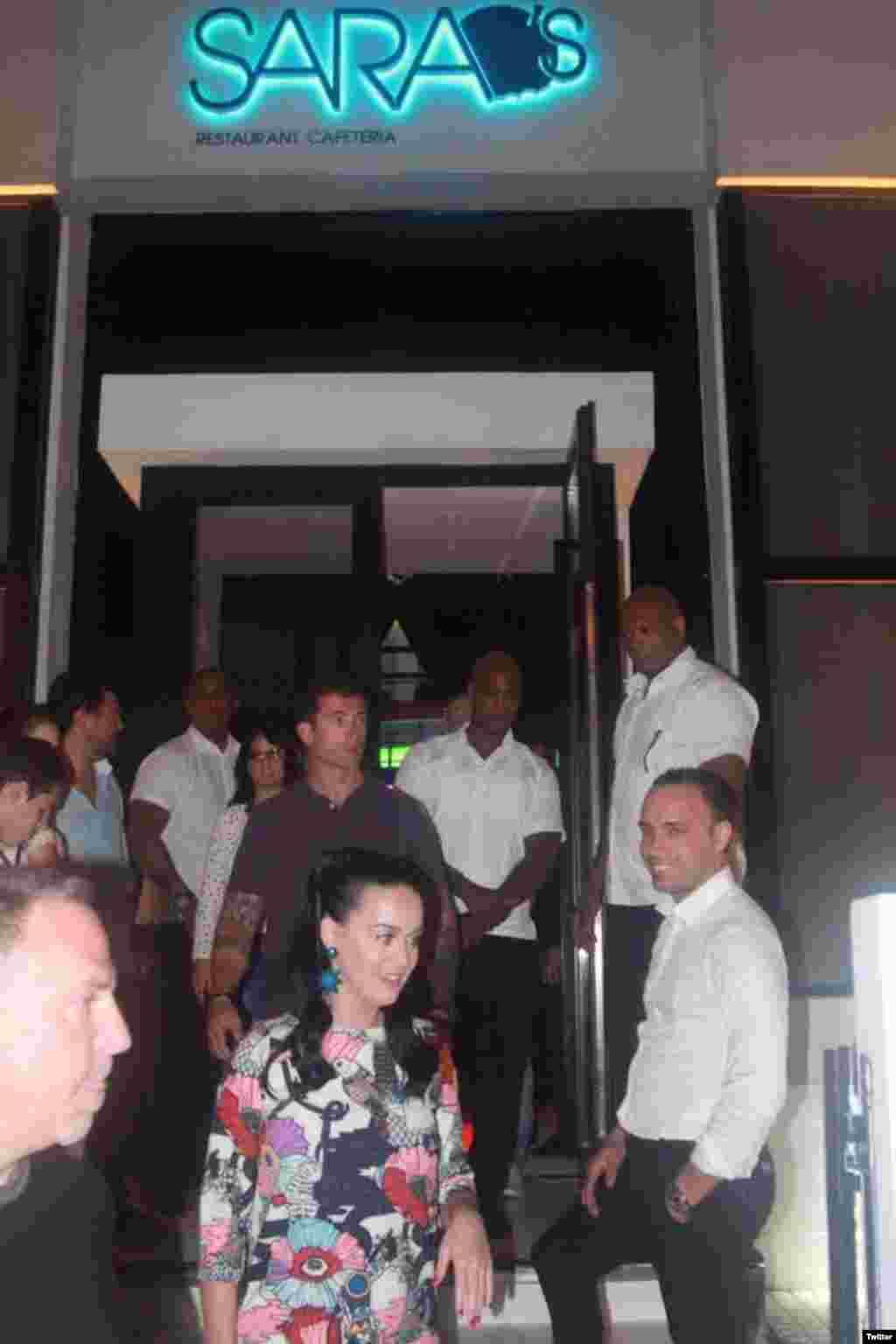 Perry a su salida del bar privado de La Habana donde estuvo con Mariela Castro.
