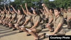 Jóvenes cubanas jurando tras graduación en escuela militar