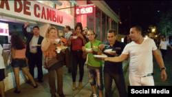 Cubanos en Libertad ofrece alimentos a los cubanos que llegan a Laredo. Foto: Cubanos en Libertad.