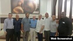 Riccardo Fraccari (5to de izquierda a derecha) se reunió con autoridades deportivas cubanas en La Habana.