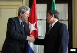 El entonces canciller Gentiloni saluda a su homólogo cubano Bruno Rodríguez durante una visita oficial a Cuba, en marzo de 2015.