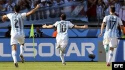 El delantero argentino Lionel Messi (c) celebra con sus compañeros Ezequiel garay (i) y Federico Fernández (d), durante el partido Argentina-Irán, del Grupo F del Mundial de Fútbol de Brasil 2014, en el Estadio Mineirão de Belo Horizonte, Brasil, hoy 21 d