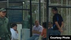 Parlamentarios chilenos en espera de visitar a Leopoldo López en Ramo Verde