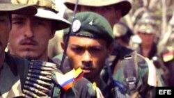 Miembros de la guerrilla de las FARC en formación.