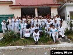 Damas de Blanco frente a la sede del grupo en Lawton, donde solían realizar su Té Literario. (Foto: Angel Moya)