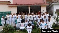 Las Damas de Blanco se toman una foto frente a la sede de su movimiento en Lawton, luego de concluir el Té Literario que realizaron el mismo día en que sufrieron un acto de repudio.