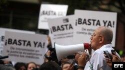 Médicos ecuatorianos se manifiestan en contra de la regulación de la nueva regulación profesional en el Código Penal.