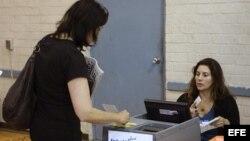 Una mujer vota en un colegio electoral en California.