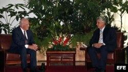 El senador demócrata por el estado de Vermont, Patrick Leahy (i), se reúne con el primer vicepresidente de Cuba, Miguel Díaz-Canel (d) hoy, viernes 26 de junio.