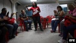Chavistas se reúnen en una asamblea comunal en el barrio de Catia, en Caracas, y hasta las sillas son rojas.